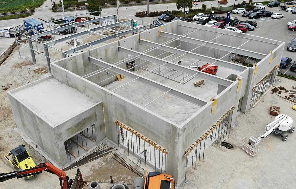 Schauraum und Aufbereitungshalle Autohaus Esthofer Pinsdorf